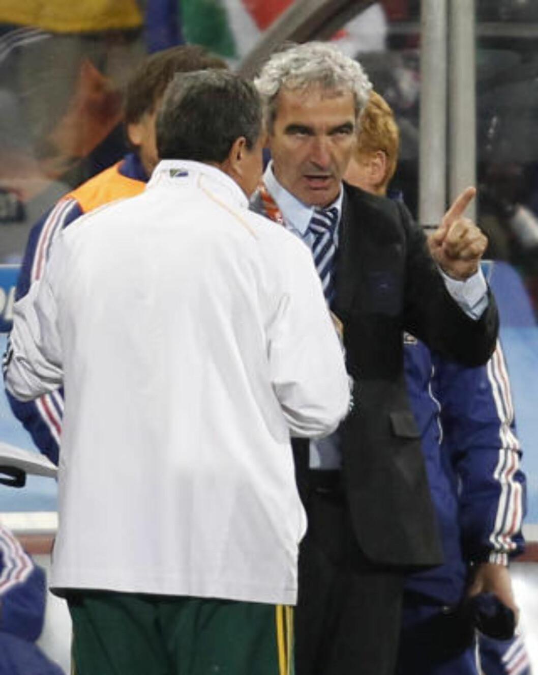 <strong>NEKTET Å TA PEREIRA I HÅNDA:</strong> Det siste Raymond Domenechs gjorde som Frankrike-trener var å nekte Sør-Afrikas trener et håndtrykk. Foto: REUTERS/Adnan Abidi