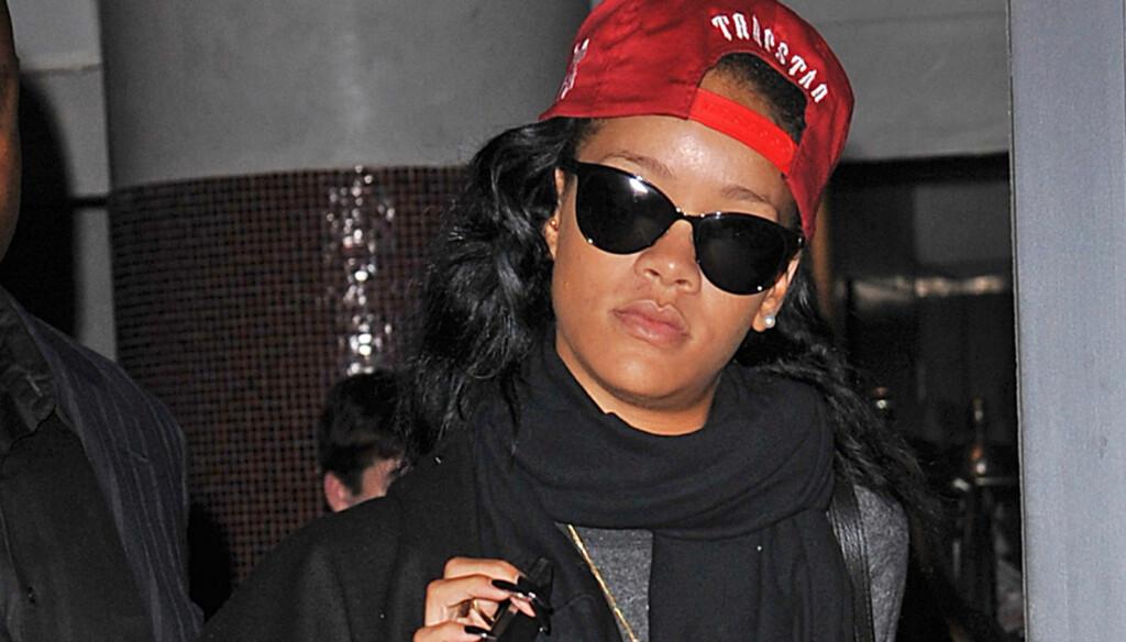 SYK ELLER?:Her er Rihanna på vei til NBC Studios for opptak av Saturday Night Live på lørdag. Bare timer før hun meldte sykefravær.  Foto: All over press