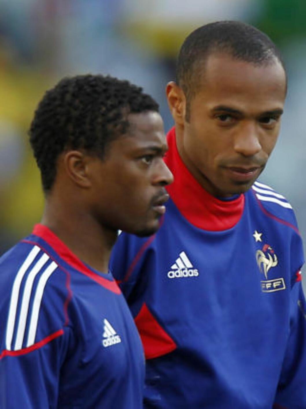 <strong>LEDERE:</strong> Kaptein Patrice Evra og Frankrike-legende Thierry Henry er spillerne mange peker på når skylda for spillernes treningsnekt skal fordeles. Foto: AP