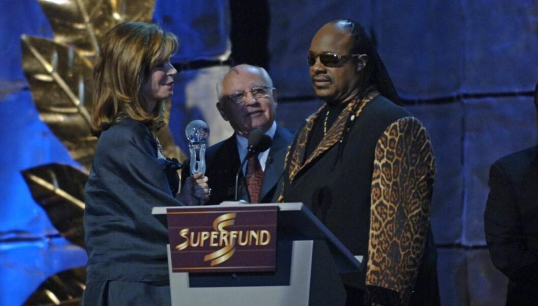 POPULÆR: Her deler Jordans dronning Noor ut en pris sammen med Sovjetunionens tidligere leder Mikhail Gorbatsjov og sangeren Stevie Wonder i 2006. Foto: World Awards Media
