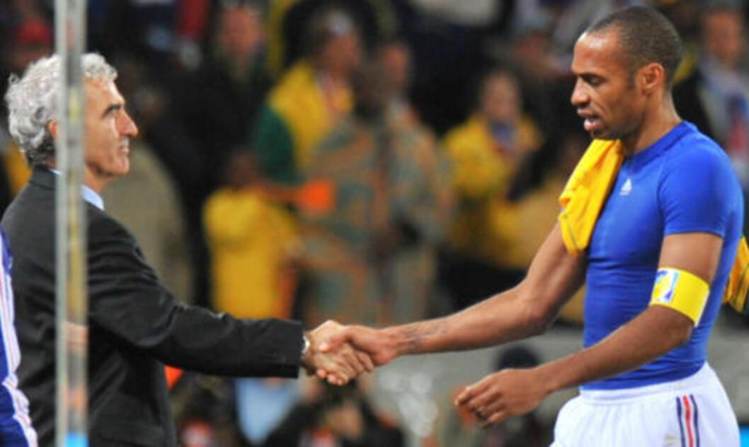 <strong>OFFER ELLER SKURK:</strong> Er Raymond Domenech offer for en gjeng egoistiske spillere eller er det han som er skurken? Her tar den kontroversielle treneren Thierry Henry i hånda etter kampen mot Sør-Afrika. Foto: AFP