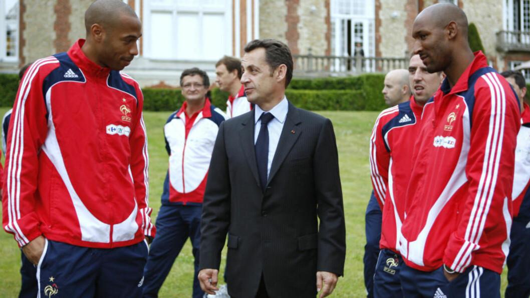 <strong>MØTES:</strong> Thierry Henry (venstre) ringte president Nicloas Sarkozy fra Sør-Afrika og ba om et møte for å forklare Frankrikes katastrofale VM. Til høyre Nicolas Anelka, som ble sendt hjem fra VM i skam. Foto: AFP