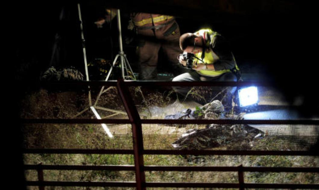 <strong>DØDE FUNNET OVER ET STORT OMRÅDE:</strong>  Politi og redningsarbeidere fant døde og skadde over et stort område. Minst 12 er døde og ytterligere 13 skadd. Foto: SCANPIX/AFP PHOTO / JOSEP LAGO