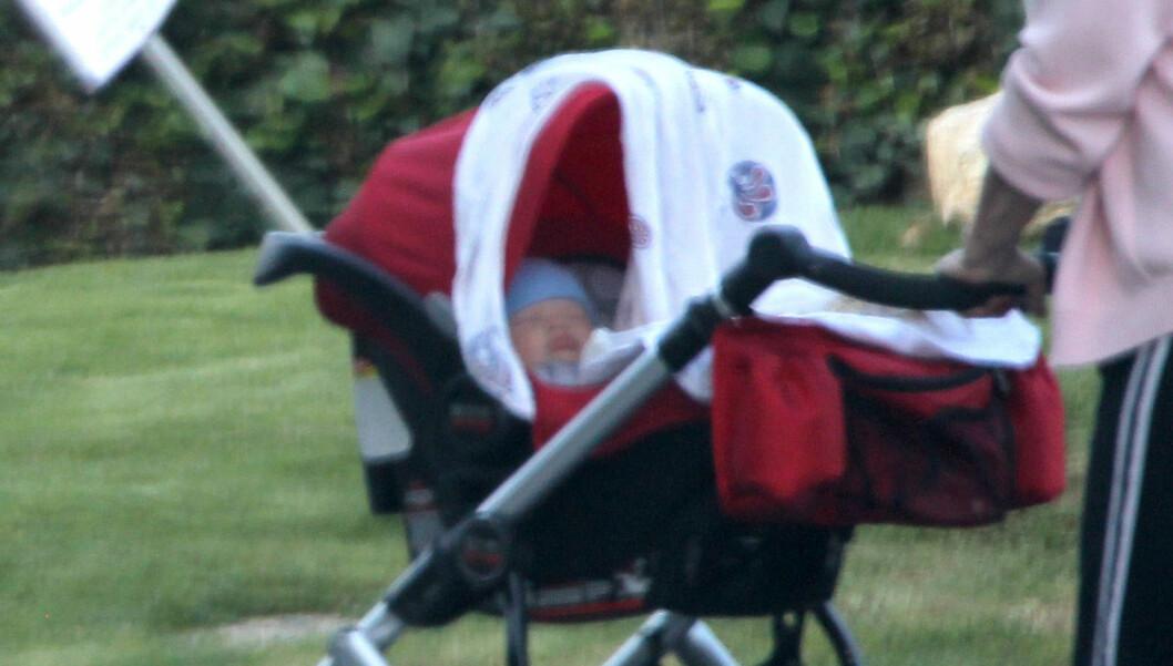 TRILLETUR I CALIFORNIA: Ben Affleck og Jennifer Garners rakk ikke å bli mer enn to måneder gammel før han ble foreviget av en kjendisfotograf. Foto: FameFlynet Norway