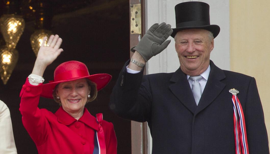 OSLO  20110517. Kongefamilien hilser barnetoget fra slottsbalkongen på 17. mai i fjor. I år kan du få se kong Harald og dronning Sonja på balkongen to ganger i mai.  Foto: NTB scanpix