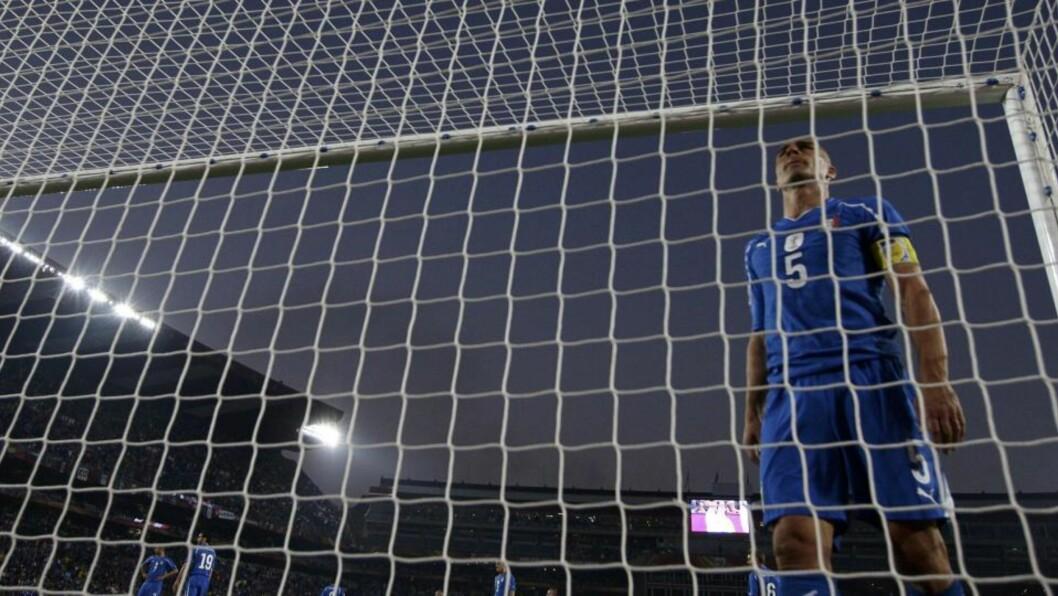 <strong>USTSLÅTT OG YDMYKET:</strong> Fabio Cannavaro og Italia tok et overraskende og ydmykende VM-farvel med Sør-Afrika etter 2-3 tapet mot Slovakia.Foto: SCANPIX