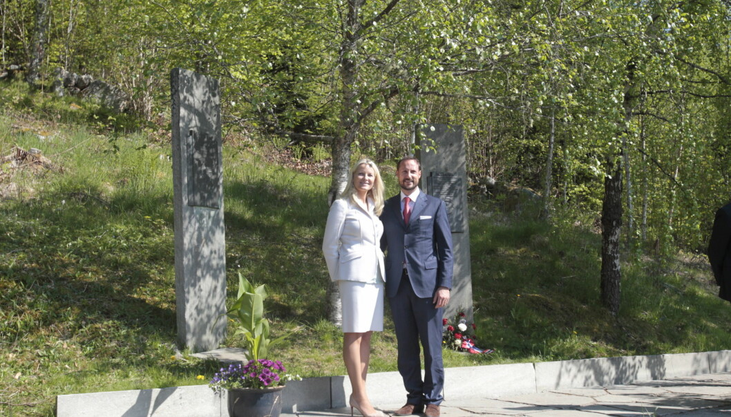 HISTORISK STED: Kronprins Haakon og kronprinsesse Mette-Marit ved kongebjørka under besøket Molde. Dermed har kronprinsen blitt tatt bilde av på samme sted som sin far, farfar og oldefar.  Foto: NTB scanpix