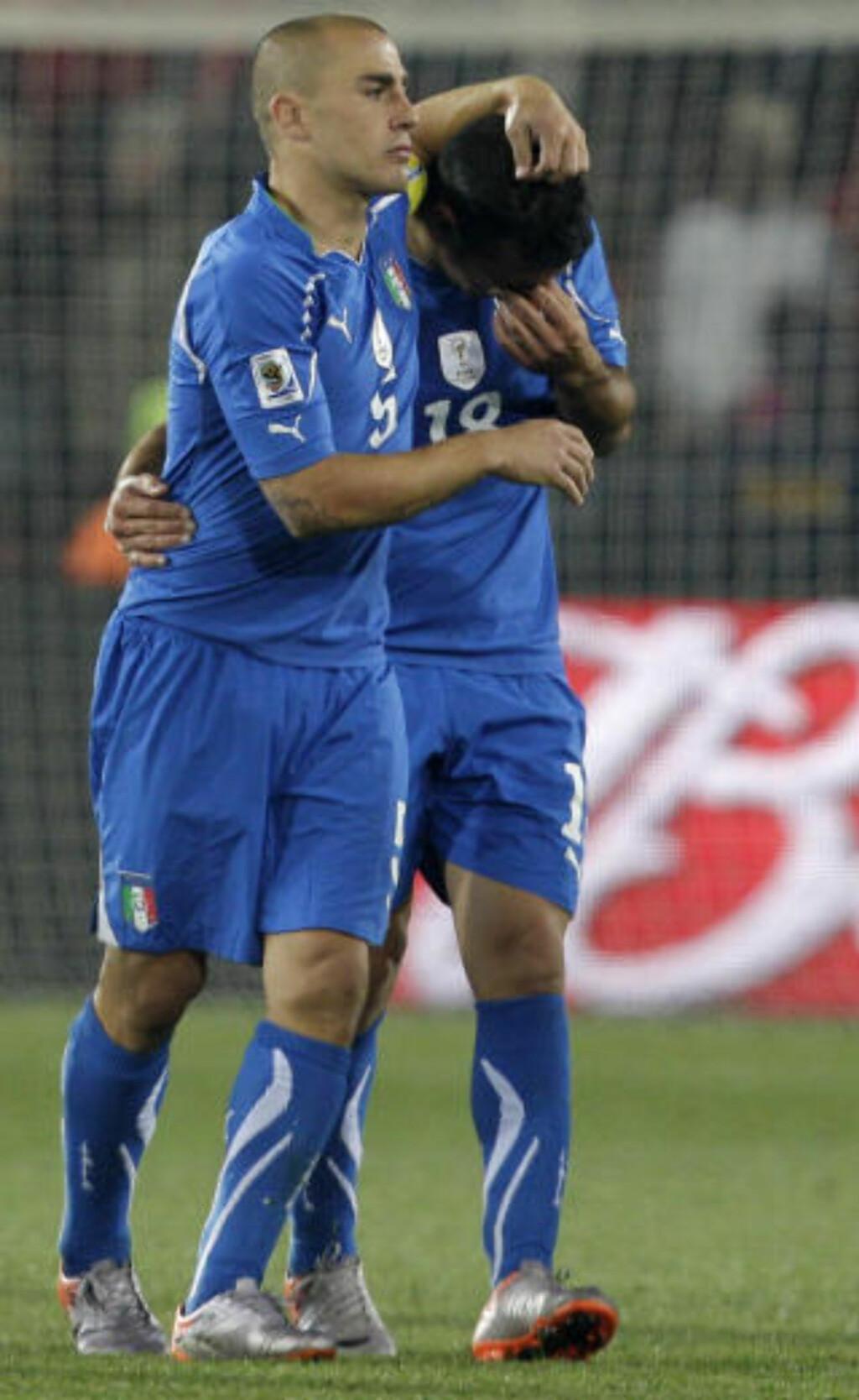 UTE: Fabio Cannavaro trøster Fabio Quagleriella i det han går av banen i sin siste VM kamp. Foto: SCANPIX