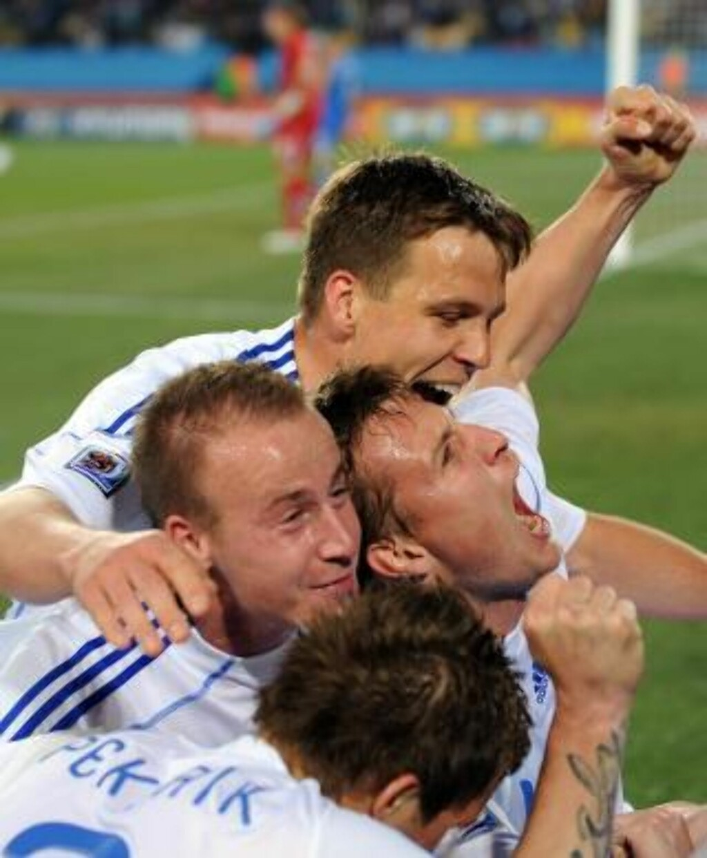 VIDERE TIL SLUTTSPILLER: Slovakia-spillerne jubler etter å ha scoret 3-1 målet. Foto: EPA/GEORGI LICOVSKI