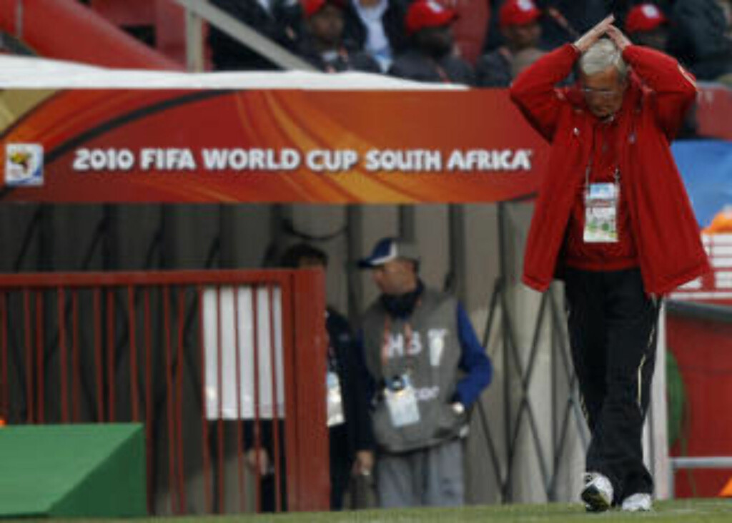 Italy's coach Marcello Lippi reacts during the 2010 World Cup Group F soccer match against Slovakia at Ellis Park stadium in Johannesburg June 24, 2010.   REUTERS/Christian Charisius (SOUTH AFRICA  - Tags: SPORT SOCCER WORLD CUP)