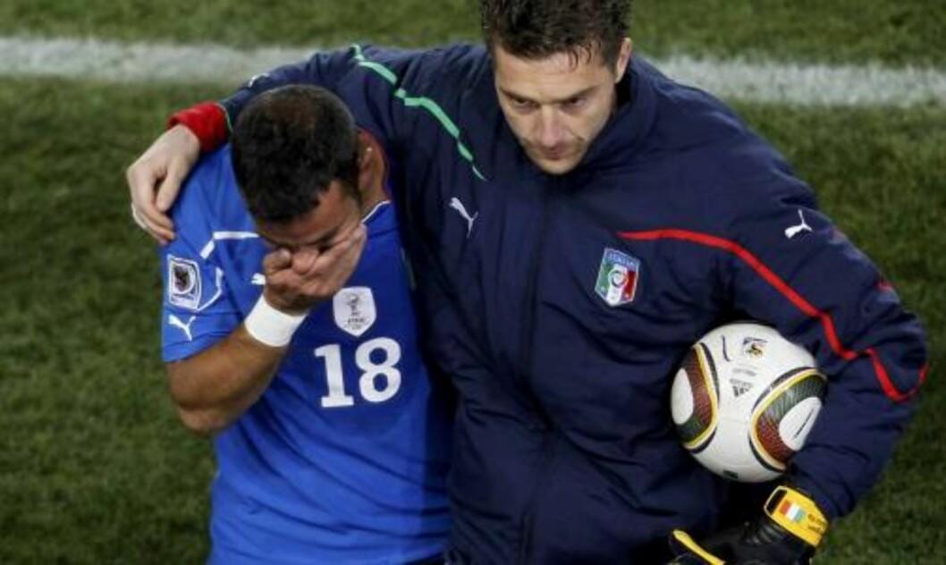 <strong>GRÅT:</strong> Fabio Quagliarella går gråtende av banen. Foto: Scanpix