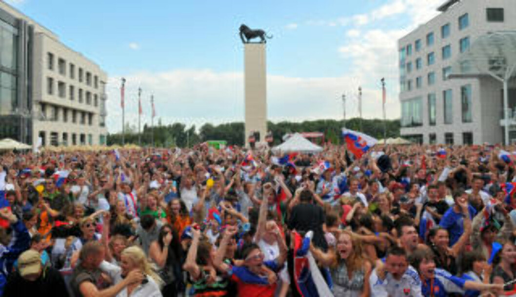<strong>VILL JUBEL:</strong> Slovakiske fans jubler ellevilt hjemme i Slovakia. Foto:AFP PHOTO/SAMUEL KUBANI
