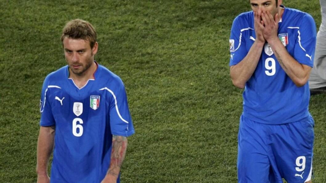 <strong>UTE:</strong> Daniele de Rossi og Iaquinti går deppende av banen. Foto:  REUTERS/Kim Kyung-Hoon