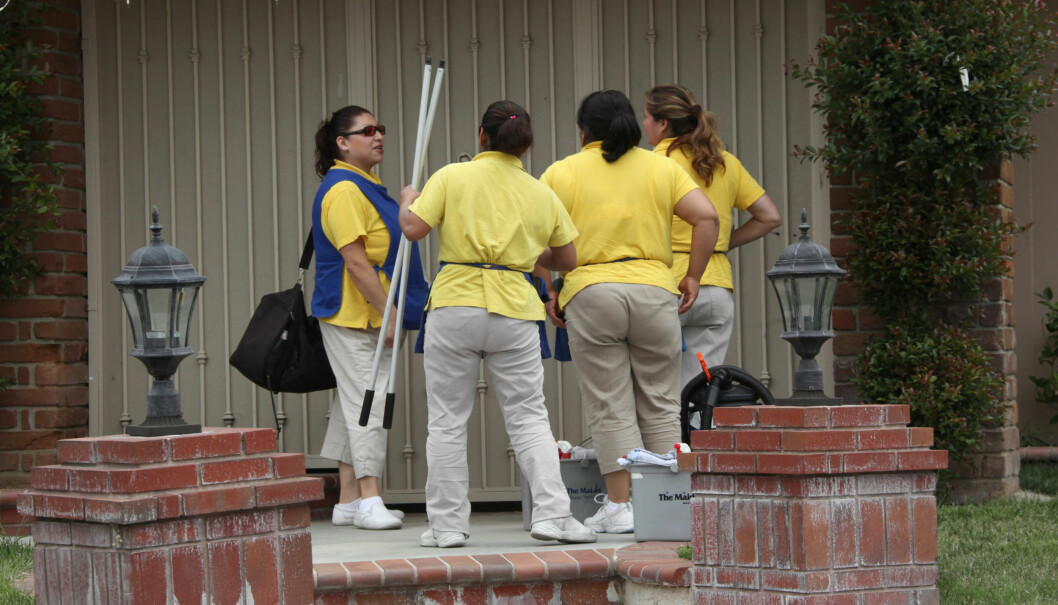 STOR JOBB: Vaskhjelpene som onsdag møtte opp utenfor hjemmet til «åttlingmammaen» Nadya Suleman, kan ifølge Radaronline.com vente seg en tøff jobb med å gjøre rent huset hennes. Foto: All Over Press