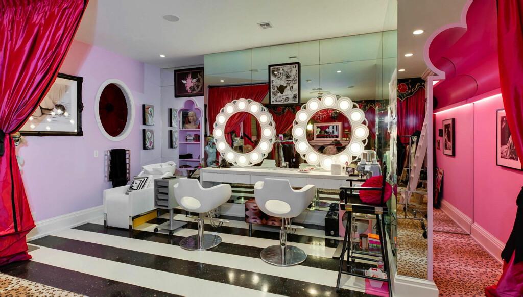 TIL SALGS: Christina Aguileras Beverly Hills-villa i middelhavs-stil er innredet med det som beskrives som en eklektisk miks av gotisk stil, burlesque og moderne elementer. Nå selges den for 77 millioner kroner. Foto: Stella Pictures