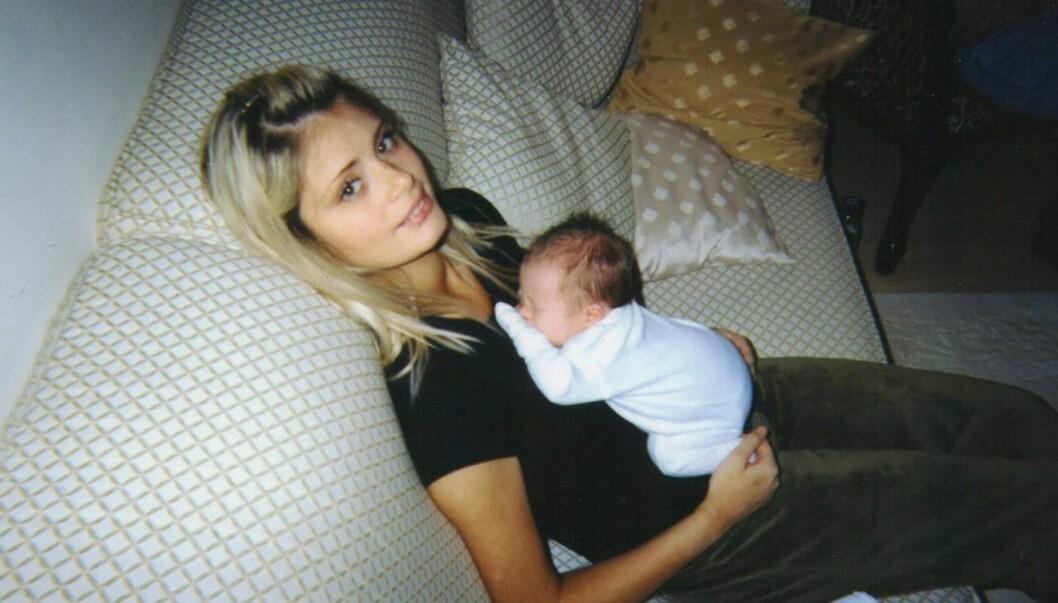 STOR FORANDRING: Slik så Chloe Sims før hun begynte med sine plastiske operasjoner. På fanget har hun datteren Madison, som nå er seks år gammel. Foto: All Over Press