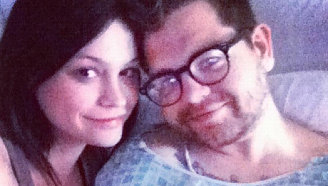 BLE PAPPA: Jack Osbourne og hans forlovede Lisa Stelly har blitt foreldre til en liten jente. Dette bildet tok paret av hverandre i mars da Jack selv var innlagt på det samme sykehuset som fødselen skjedde. Foto: Stella Pictures