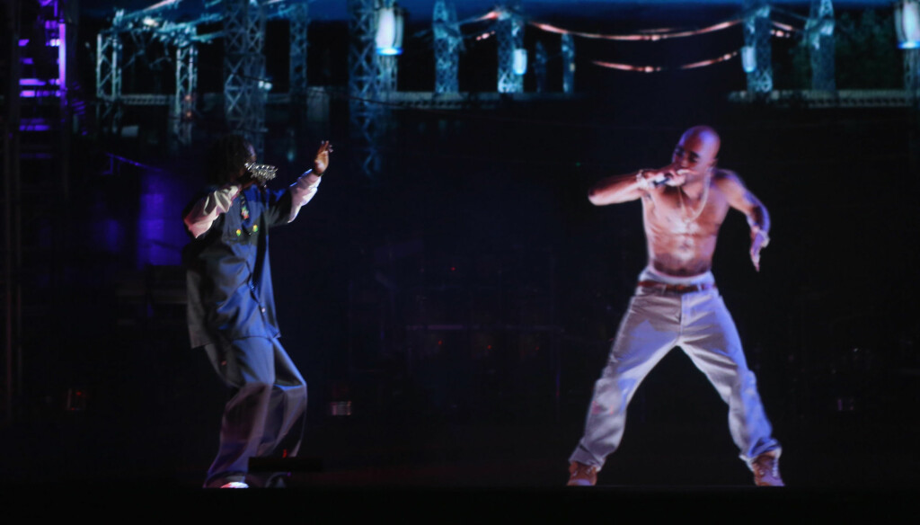 OPPTRER ETTER SIN DØD: Snoop Dogg opptrer med et hologram av Tupac Shakur under Coachella Valley Music & Arts Festival 15. april. Foto: All Over Press