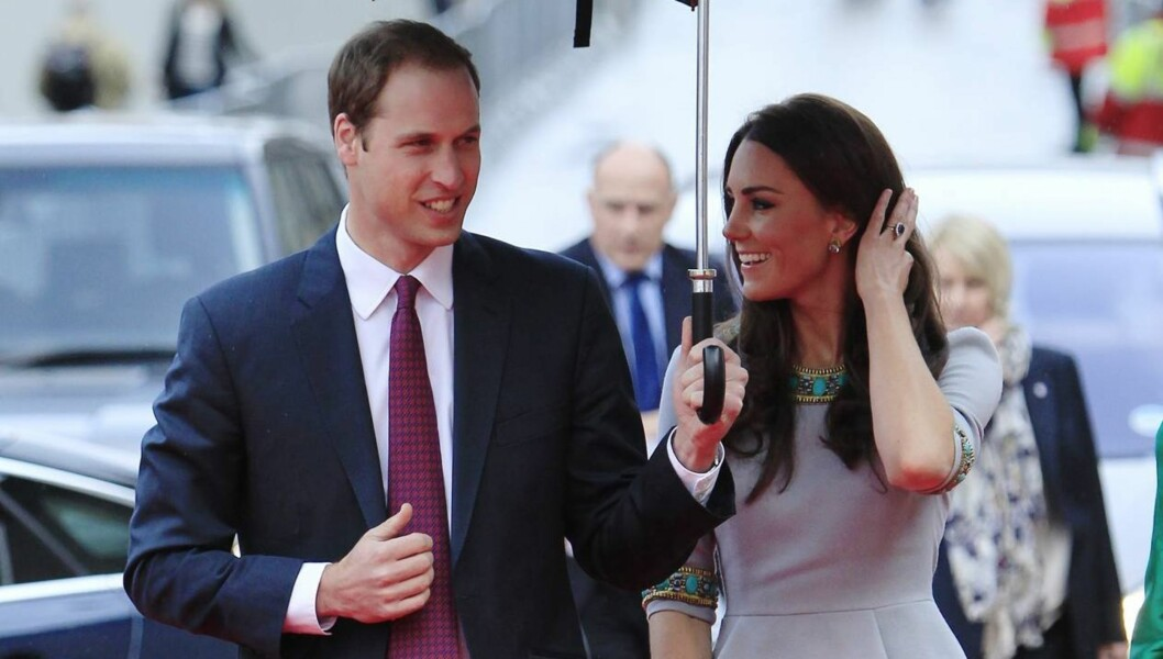 GALANT: Prins William var som vanlig galant da han holdt paraplyen for hertuginne Kate.  Foto: Reuters