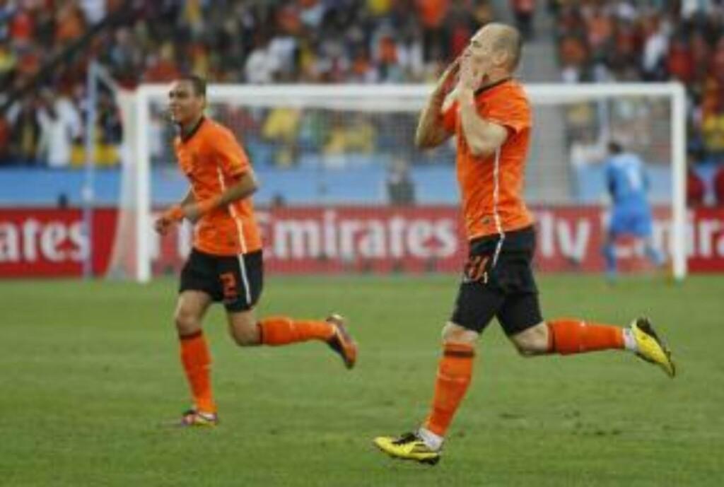 SLENGKYSS: Arjen Robben (t.h) sender av gårde et par slengkyss etter å ha satt inn 1-0.  Foto: Scanpix