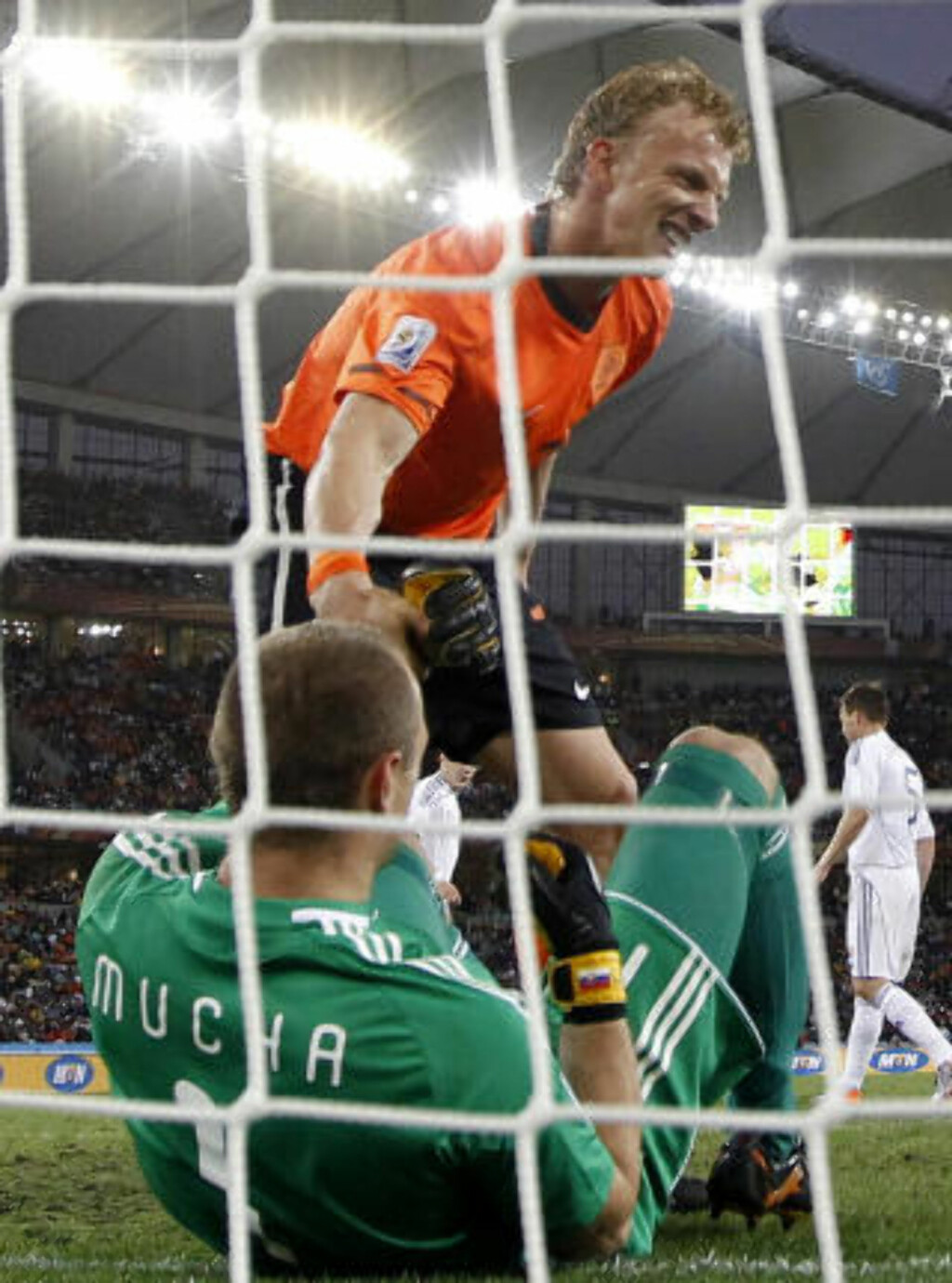 MÅLGIVENDE: Dirk Kuyt løper avgårde for å gratulere målscorer Wesley Sneijder. Kuyt gjorde alt forarbeidet og alt Sneijder måtte gjøre var å sette den i mål. Foto: Scanpix