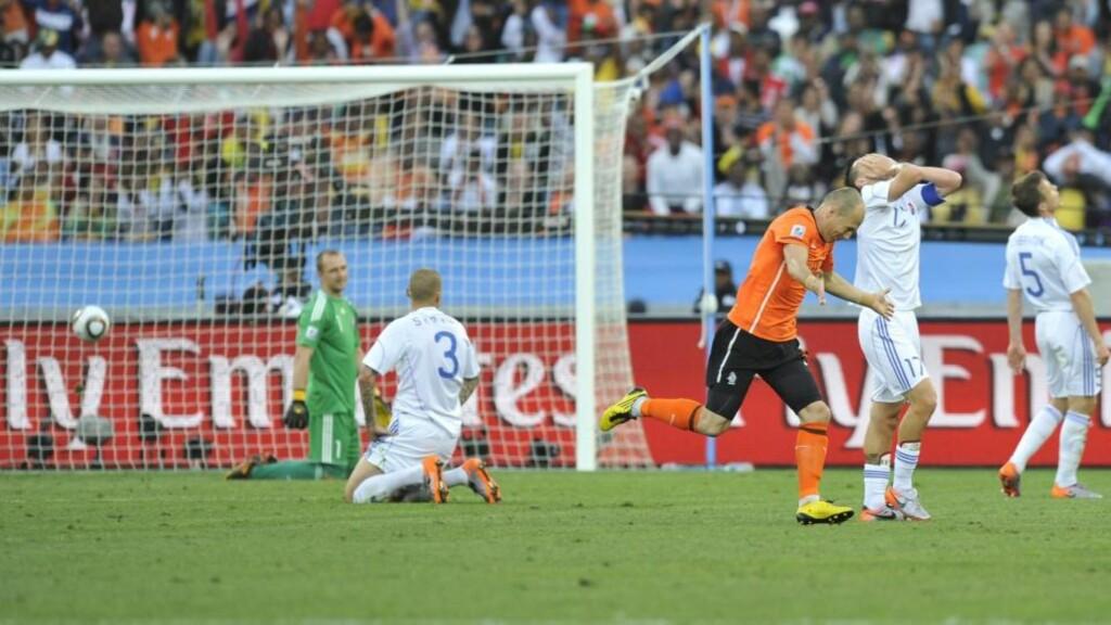TILBAKE MED SCORING: Arjen Robben spilte endelig fra start i VM. Her har han nettopp scoret for Nederland. Foto: EPA/ANDY RAIN