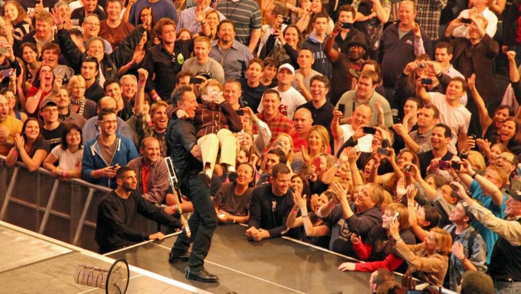 LUFTETUR: Bruce Springsteen viste fram sin 90 år gamle mor Adele til stor jubel fra fansen under en konsert i New York i forrige uke. Foto: All Over Press