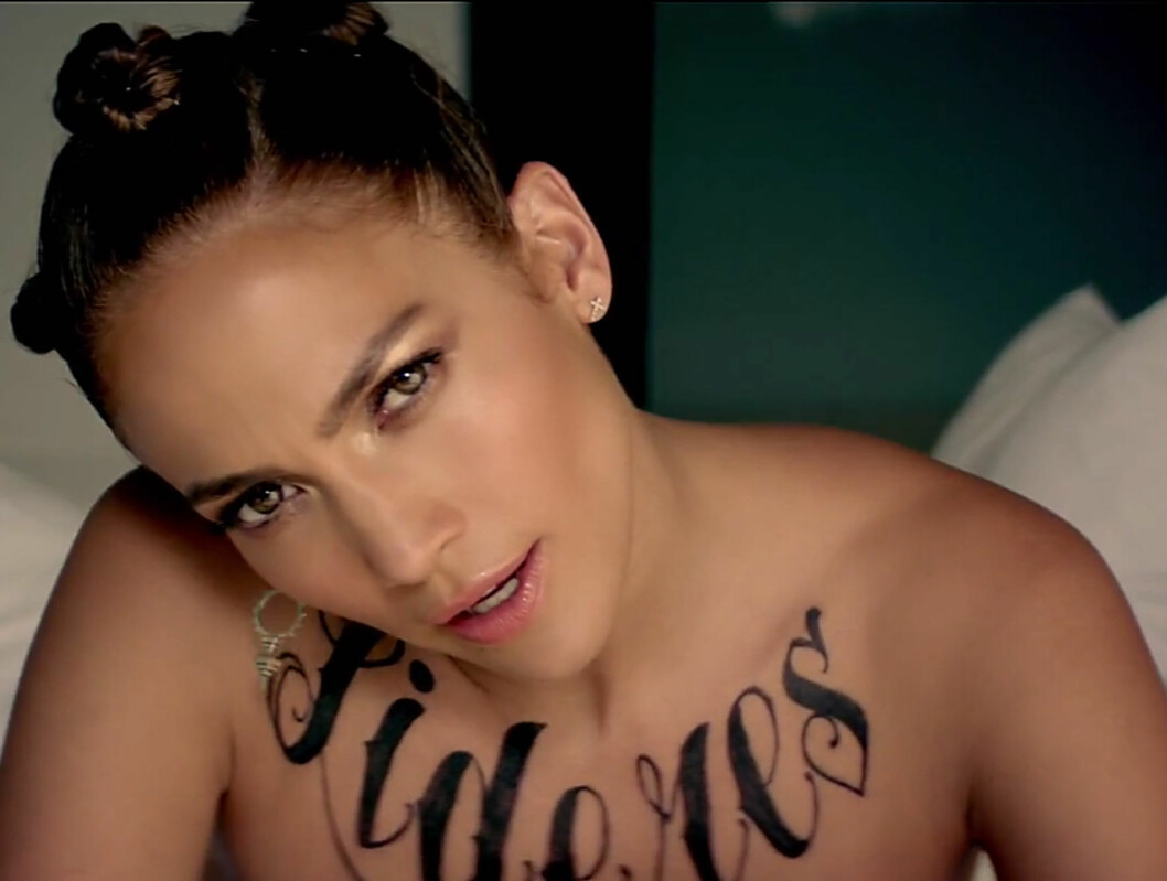 <strong>FLERE TATOVERINGER:</strong> Lopez med «tatovering» på brystkassa.  Foto: Stella Pictures