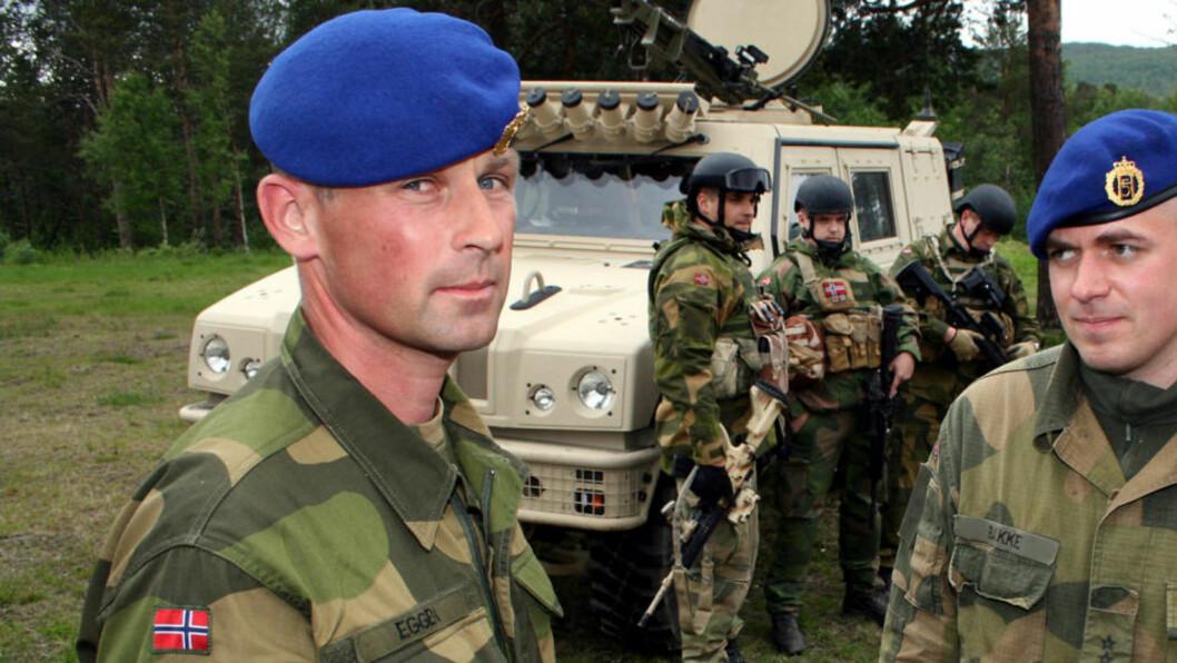 <strong>REISEKLARE:</strong> Morten Eggen (t.v.) og Thomas Bakke med noen av soldatene som skal reise. Foto: Torgeir Bråthen / Nordlys