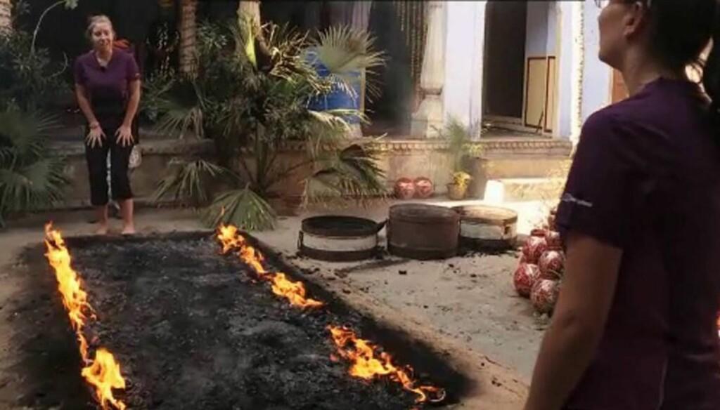 MÅTTE OVERTALE SØSTEREN: Elise Berberg måtte ta alle sine diplomatiske kunster i bruk for å overtale søsteren til å gå over glødende kull i onsdagens episode av «Amazing Race». Foto: TV 2