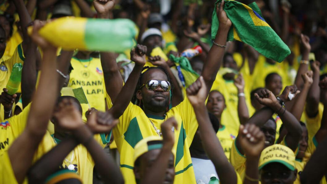 <strong>FORNØYDE:</strong> Brasil-fansen var fornøyde med 3-0-seier og avansement over Chile i går. I Brasil fikk derimot fansen en litt annen beskjed via en avisannonse. Foto: Alexandre Meneghini / AP.