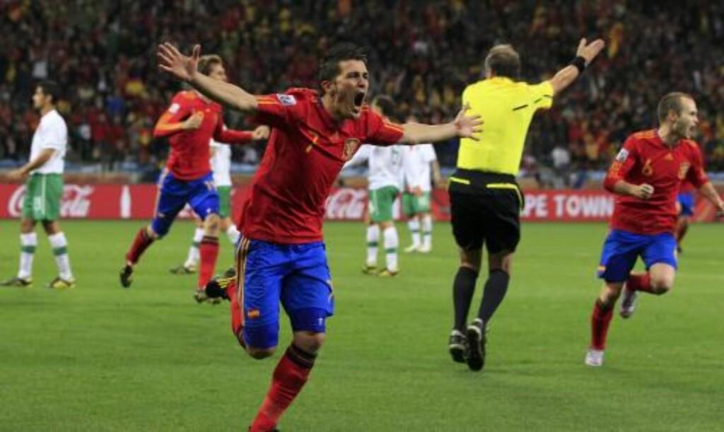 - ET STOR STEG: David Villa feirer scoringen som sendte Spania til kvartfinalen og ham til delt topplassering på scoringslista i VM. Foto: Marcelo Del Pozo,  Reuters/Scanpix