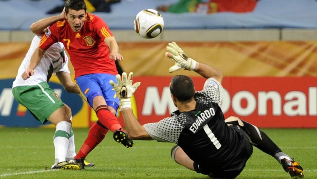 LØFTET INN AVGJØRELSEN: David Villa setter inn kampens eneste mål etter en retur fra Portugals gode keeper Eduardo. Foto: Daniel Ochoa de Olza, AP/Scanpix