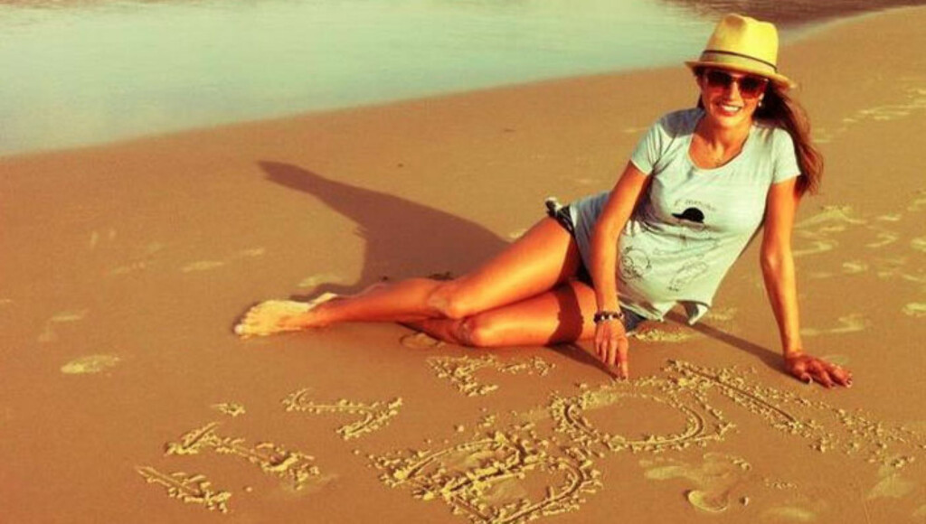 FÅR EN SØNN: Alessandra Ambrosio avslørte barnets kjønn da hun la ut dette bildet på Facebook. Modellen har skrevet «Det er en gutt!» i sanden.  Foto: All Over Press