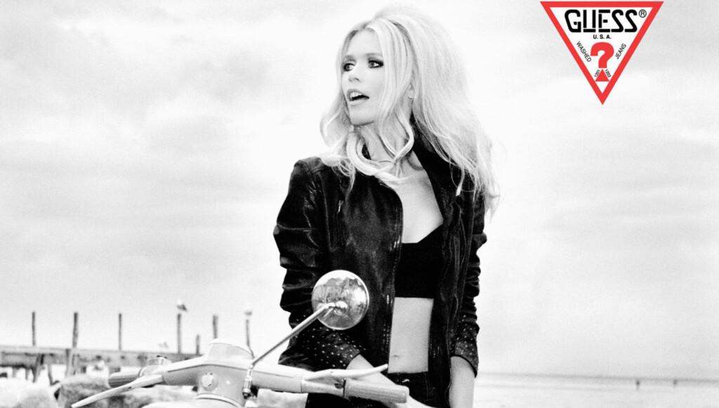 EVIGUNG: Claudia Schiffer ser nesten ikke ut til å ha blitt en dag eldre de siste 23 årene i sin nye reklame for klesmerket Guess. Foto: Stella