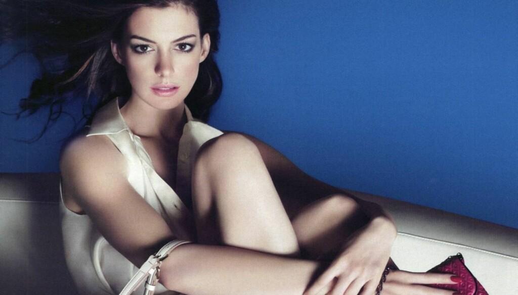 VAKKER: Anne Hathaway poserer her i en reklame for klesmerket Tod's. Foto: All Over Press