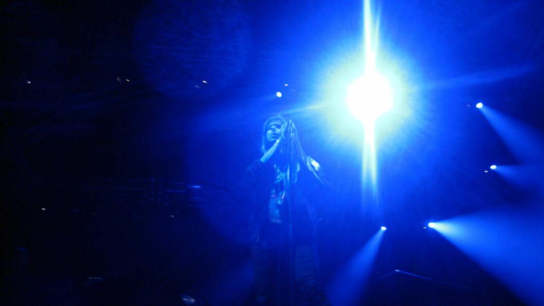 <strong>MØRKT:</strong> Julian Casablancas spilte på en nesten mørklagt scene på Hovefestivalen. FOTO: Eivind Kristensen