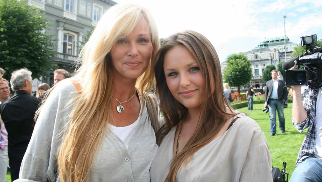 I MAMMAS FOTSPOR: Dorthe Skappels(48) yngste datter Marthe (21) er på full fart inn i rampelyset, med programlederjobb på nettsiden «Style TV» og som det nye ansiktet til klokkemerket «Mango».  Foto: Anders Myhren/ Seoghør.no