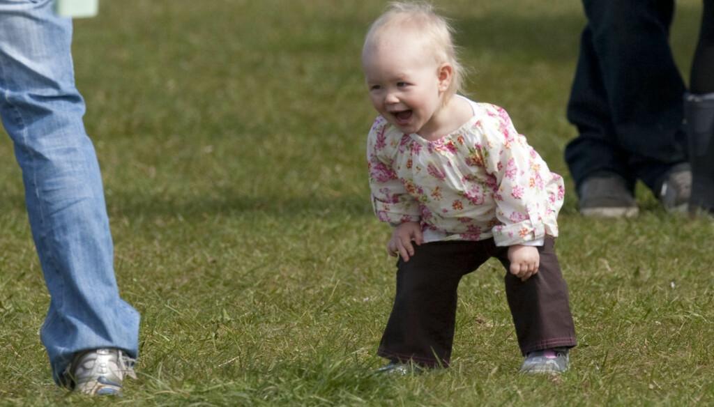 LATTERLIG MORSOMT: Savannah Phillips storkoste seg på grasset. Foto: Stella Pictures