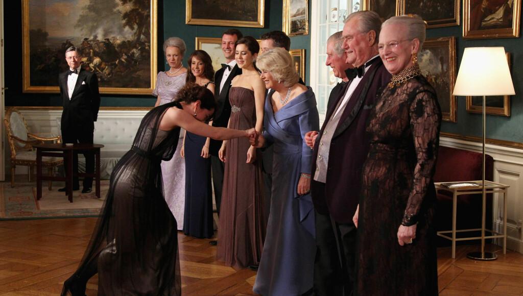 NEIER DYPT: Sofie Gråbøl neide, og hertuginne Camilla gliste fra øre til øre da de to møttes under mandagens middag på det danske slottet.  Foto: All Over Press