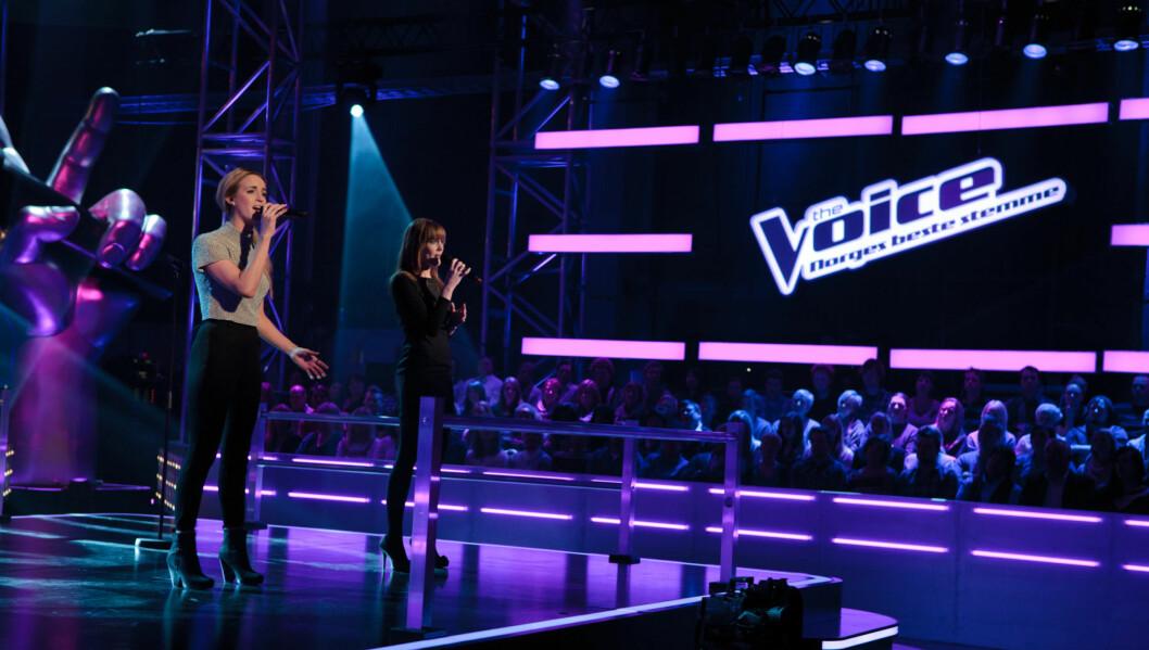 TETT DUELL: Både Monika Blomeid og Tini Flaat Mykland fikk skryt av dommerne etter at de sang «Nothing Compares 2 U» i duell på TV-programmet «The Voice» fredag. Foto: Robert Holand/TV 2