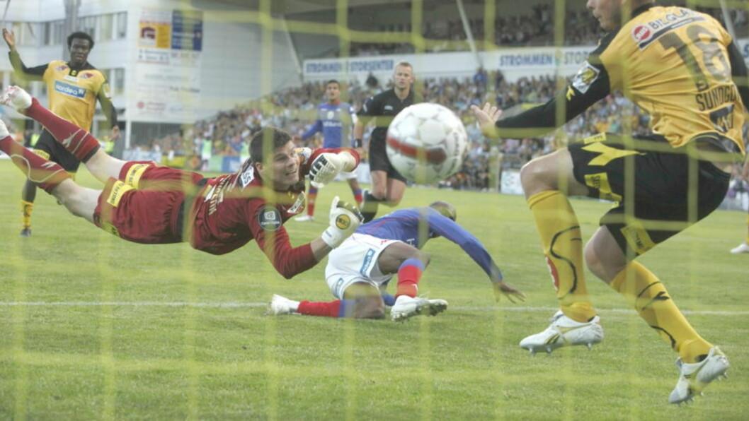 <strong>SJANSELØS:</strong> Luton Shelton kastet seg fram og sendte ballen i mål. Logi Magnusson strakk seg etter den, men rakk aldri fram. Foto: Stian Lysberg Solum / SCANPIX.