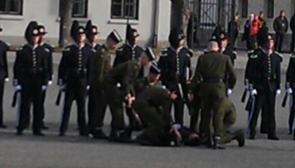 GARDIST I BAKKEN: Rett før de kongelige ankom Akershus festning, gikk en av gardistene i bakken.  Foto: Espen Kjendlie/Se og Hør