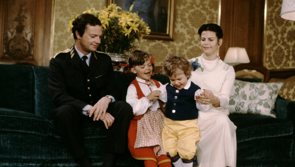 LYKKELIG BARNDOM: Kronprinsesse Victoria har valgt samme dame til barnepass som hun selv hadde fra 1979 til 1991. Her er Victoria og prins Carl Philip avbildet i julen i 1981.  Foto: Stella Pictures