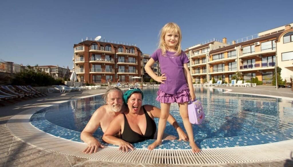 TØFFE TILJE: Silje poserer velvillig for fotografen mens mamma Jenny og pappa Tor koser seg i bassenget på Ravda Sun Sea. Foto: Espen Solli/Se og Hør