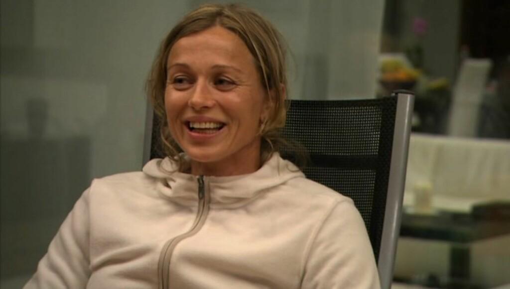LATTERMILD: Lødemel klarte ikke å holde latteren tilbake da hun avslørte foran de andre deltagerne at hun i flere år konkurrerte i den samme blondetrusen. Foto: NRK