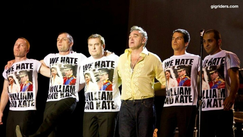 HATKAMPANJE: Artisten Morrissey (uten t-skjorte) er minst like kjent for å mene det stikk motsatte av alle andre som han er av musikken. Foto: Gigriders.com