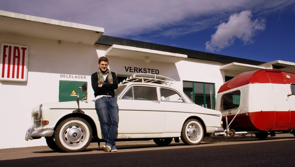 GJØR SUKSESS: Flere tusen nordmenn har fulgt Hans Olav Brenners ferd gjennom Norge i en Volvo Amazon i «Brenner – historier fra vårt land».  Foto: NRK