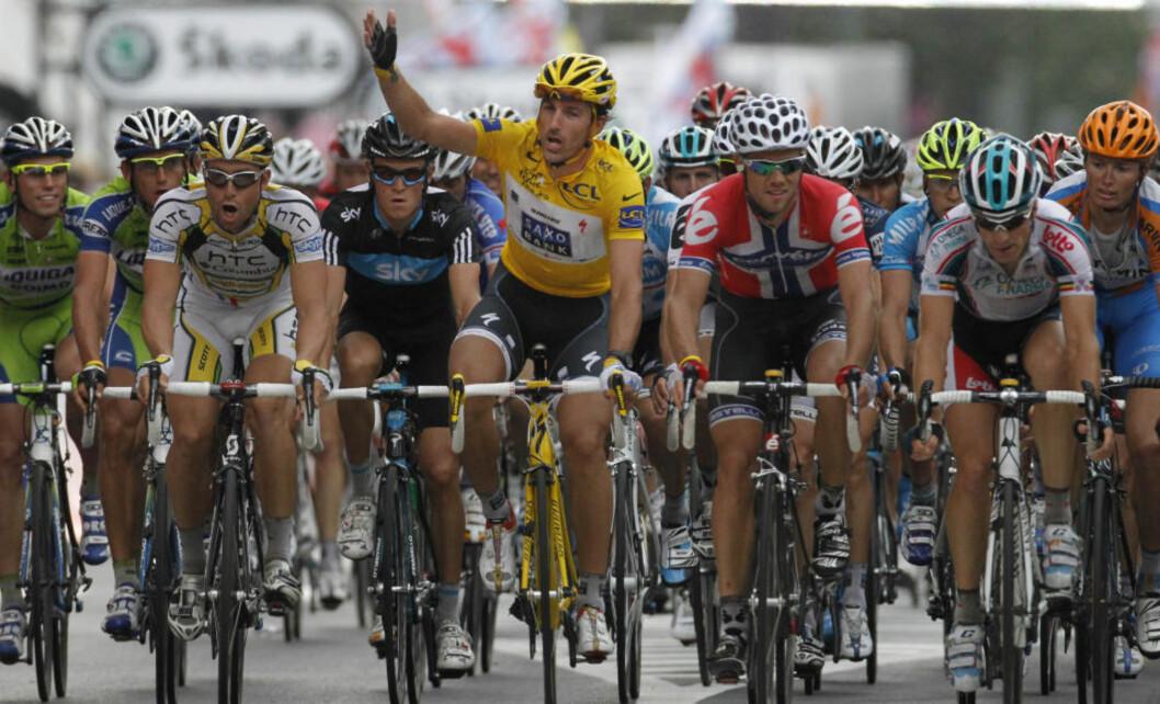 <strong>FORBANNA:</strong> Fabian Cancellara i den gule ledertrøya viser at det ikke skal spurtes. Til høyre for ham sitter en oppgitt Thor Hushovd i norsk mestertrøye. Foto: Laurent Rebours, AP/Scanpix