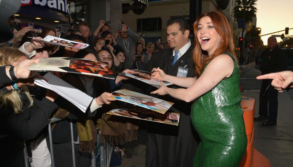 BABYMAGE: Alyson Hannigan viste frem babymagen i en tettsittende grønn kjole da hun ankom premieren av «American Reunion» i Los Angeles mandag. Foto: All Over Press